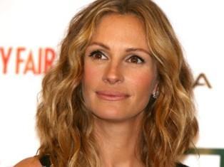 """Julia Roberts Yaşı: 42  Saç modelinin yaşı: 30  Uzman görüşü: """"Uzun ve yumuşak dalgalar, yüz ifadesini çok yumuşatmış. Gayet modern görünüyor. Saç rengi de çok başarılı, açık renk gölgeler tenine iyi gitmiş, onu daha genç göstermiş."""""""