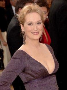 """Meryl Streep Yaşı: 60 Saç modelinin yaşı: 65 Uzman görüşü: """"Saçını aceleyle bir lastik tokayla toplayıp evden apar topar çıkmış gibi görünüyor. Biraz daha özenli olması gerekiyordu. Arkaya hafif dağınık bir topuz şeklinde toplasaydı daha iyi olurdu."""""""