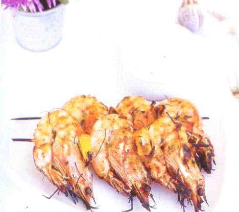 Izgara karides  Malzemeler:  500 gr karides   Sosu için:  2 kaşık zeytinyağı, 3 diş sarımsak, maydanoz, pul biber, tuz, limon  Hazırlanışı:  Zeytinyağı, sarımsak, pul biber, maydanoz ile bir sos yapın. Karidesleri en az bir saat bu sosta dinlendirin. Ardından tahta çubuklara karidesleri dizin ve ızgarada pişirin.