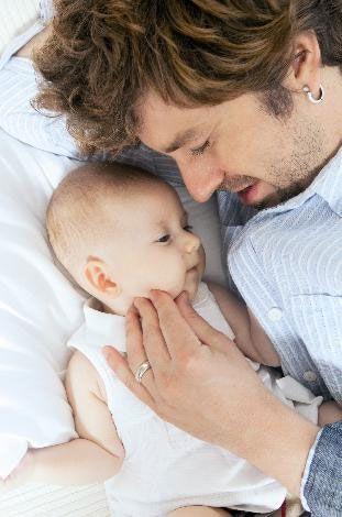 """Eşiniz çok güzel, siz de hoş birisiniz. Bebeğinize bakıp """"Aman ne güzel bir çocuk yapmışız"""" diyor musunuz?  Herkese güzel gelmesi bir şey ifade etmiyor ki... Kızımızı dünya güzeli olsun diye yetiştirmiyoruz. Evimizin güzeli o...  İlk kez baba olduğunuzu ne zaman hissettiniz?  İlk doğduğu gün benim kucağımda uyudu. Beşiğe koymadık. Ben hiç uyumadım ve onu seyrettim. Annesi de bitik bir halde bizi seyretti. Öyle sabahladık. O anda bende duygu sapmaları oldu. Müthiş bir şekilde babalığın içine giriyorum, hiç olmadığı kadar da dışına çıkıyorum. Fakat benle ne zaman ki iletişime geçmeye, beni görünce gülücükler atmaya başladı, o zaman aramızdaki iletişim gelişti. Şimdi babalığı dibine kadar yaşıyorum."""