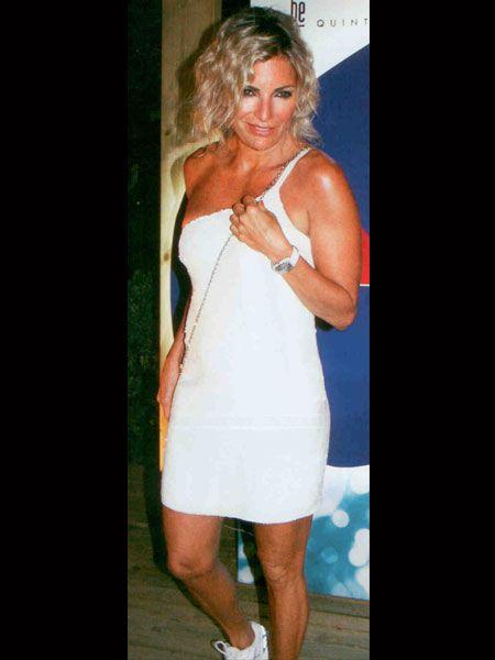 Mine Kalpakçıoğlu, bronz tenine çok yakışan beyaz rengi tercih etmişti. Tek omuzlu elbisesini, beyaz spor ayakkabılarıyla kombinleyen Kalpakçıoğlu, rahat dans edebileceği bu seçimiyle farklı bir şıklık yakalamıştı.