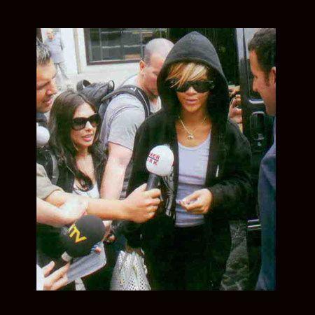 Rihanna gazetecilerin görüntü alması sırasında yüzünü kapatarak engellemeye çalışsa da daha sonra bu hareketinden vazgeçti.