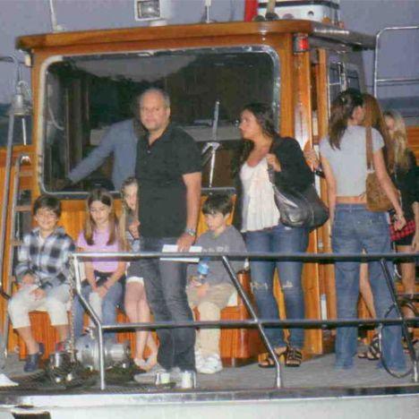 Rihanna konserine kızı Yasemin'i getiren Mehmet Germiyanlıgil, Kuruçeşme Arena'ya tekneyle geldi.