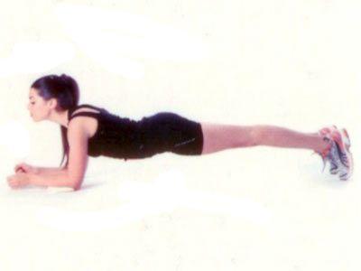 Öne plank Yüzüstü yere uzanın. Dirseklerinizi omuz hizasında yere koyun. Ayaklar birbirine bitişik. Dirsekler yerde sabitken parmak uçlarında karın ve kalça kaslarını sıkarak yukarı yükselin. Hareket esnasında derin nefes alıp verin.