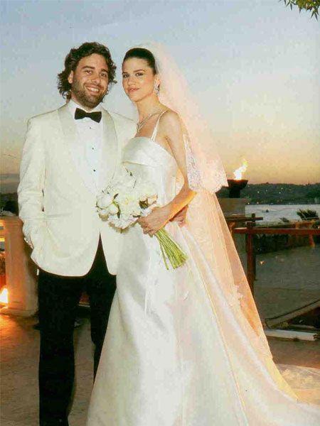 Emir Ozan ve Aslı Sarı'nın şıklığına diyecek yoktu. Damatlık Taji, gelinlik ise Vakko Wedding imzalıydı.