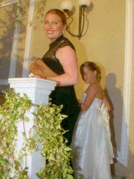 Carolina Koç, düğüne kızı Aylin ile birlikte katıldı. Anne- kızın şıklığı görülmeye değerdi. Caroline Koç, siyah elbisesiyle her zamanki sade zarafetini sergilerken, Aylin Koç beyaz elbisesiyle prenseslerden farksızdı.
