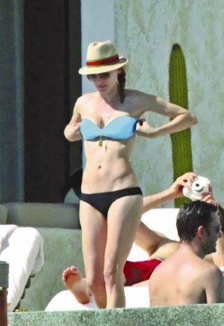 Dört yıldır Joshua Jackson'la mutlu bir ilişki yaşayan Diane Kruger, film çekimlerinden arta kalan zamanlarında sevgilisiyle Meksika'da tatil yapıyor. Geçtiğimiz yıl sık sık Meksika'ya giden Kruger, altı ve üstü farklı renklerdeki bikinisi ve ince fiziğiyle tüm bakışların hedefi olmuştu. Jackson da sık sık sevgilisinin fotoğraflarını çekmişti.