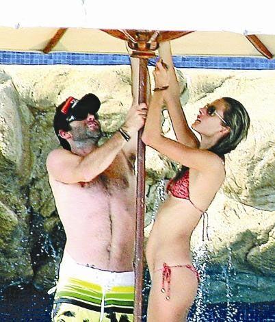 Victoria's Secret modellerinden Alessandra Ambrosio, nişanlısı işadamı Jamie Mazur'la Meksika'da tatil yapmayı tercih edenlerden... 2008 yılında kızı Anja Louis'i dünyaya getiren Ambrosio, ara sıra bebeğini güvenli ellere emanet edip nişanlısıyla baş başa romantik tatillere çıkıyor.