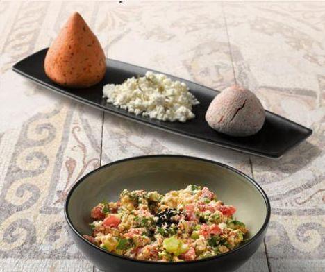 Çökelek salatası  Malzemeler:  150 gr çökelek, 1 adet küp doğranmış domates, 1 adet küp doğranmış salatalık, 10 dal doğranmış maydanoz, 1 adet doğranmış yeşilbiber, ½ limonun suyu, 5 yemek kaşığı zeytinyağı, pul biber, çörek otu.  Hazırlanışı:   Çörekotu dışındaki tüm malzemeleri derin bir kaba alın. Ezmeden kaşık yardımıyla karıştırın. Çörekotuyla süsleyin.