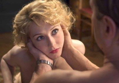 Alman aktör Sebastian Koch da Kara Kitap (Zwartboek) adlı filmde gerçek hayattaki sevgilisi Carice Von Houten ile birlikte rol aldı. Çift filmin ateşli sahneleri için birlikte kamera karşısına geçti.