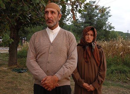 Özer'in bir imamı Yeşilçay'ın da çocuğuyla birlikte onun evine sığınan bir kadını canlandırdığı filmin cesur sahneleri çok konuşulmuştu.