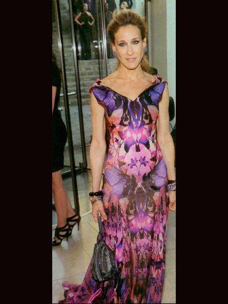Sarah Jessica Parker, Amerikan Moda Konseyi gecesine, yaşamını yitiren yakın arkadaşı, ünlü tasarımcı McQueen imzalı, ilkbahar 2010 koleksiyonundan pembe tonlarındaki tuvaletiyle katıldı.