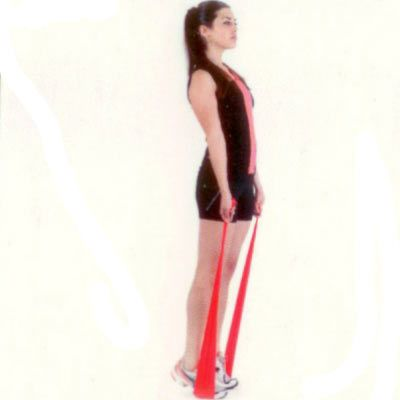 Calf raise Sırt dik, omuzlar açık bir şekilde ayakta durun ve dengenizi sağlamak için egzersiz bandını ayaklarınızın altından geçirerek ellerinizle gergin bir şekilde tutun ve parmak uçlarınız üzerinde yükselin.