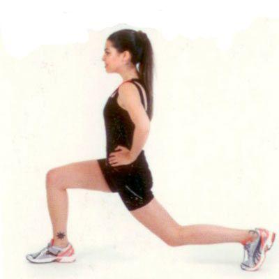 Lunge Ayaklarınızı kalça genişliğinde açarak dik bir şekilde durun. Bir bacağınızla öne doğru kocaman bir adım atın ve 90 derecelik bir açı oluşturacak şekilde bükün, gerideki bacağınızı ise yere doğru yaklaştırın. Başlangıç pozisyonuna dönerek diğer bacağınızla hareketi tekrarlayın.