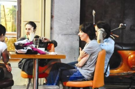 Şenay Akay, önceki akşam Cihangir'de objektiflere yansıdı.