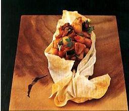 Sandalda tavuk  Malzemeler:  6 parça kemiksiz tavuk budu (küp şeklinde doğranmış), 5 çorba kaşığı zeytinyağı, 1 adet soğan (küp şeklinde doğranmış), 3 diş sarımsak, ince kıyılmış, 2 defne yaprağı, 330 gr doğranmış domates, 200 gr haşlanmış nohut , 3 adet patlıcan (küp şeklinde doğranmış ve kızartılmış), 1 çay kaşığı kimyon, 1 çay kaşığı ince kıyılmış maydanoz.  Yufka kapları (isteğe bağlı)  4 adet yufka, ½ su bardağı sıvıyağ  Hazırlanışı:  Büyük bir teflon tavada zeytinyağını ısıtın. Soğan, sarımsak ve defneyaprağını beş dakika kavurun. Tavukları ekleyip orta ateşte 20 dakika pişirin. Domatesleri ilave edip beş dakika daha pişirin. Nohut ve kızarmış patlıcanı ekleyin. Suyu fazla ise, yüksek ateşte suyunu çektirin. Kimyon, karabiber, tuz ve kırmızıbiberi ilave edin, maydanozu serpin. Ocaktan alın, içinden defneyaprağını çıkarın.  Yufka kaplarının hazırlanışı:   Fırını 200 dereceye ayarlayın. Yufkaları üst üste dizin ve dörde bölün. Sonra tekrar dörde bölün. İki parça üçgen yufkanın üzerini fırça ile yağlayın. İki ucundan kürdanla kayık gibi tutturun (kayık formu vermenin bir yolu da yufkanın içine alüminyum folya döşeyerek kenarlarını ayakta tutmaktır). Bütün yufkaları bu şekilde hazırlayın. Fırında 15 dk pişirin (bir gün önceden de yapabilirsiniz). Pişmiş yufkaların içine tavukları paylaştırıp fırına verin. 10 dk daha pişirin.