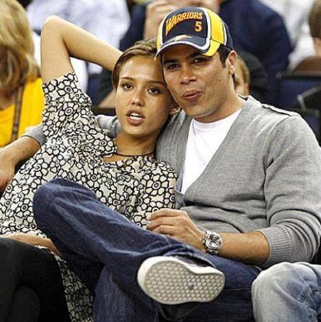 Çocukluğundan beri kamera karşısında olan Alba'nın eşi Cash Warren da en az onun kadar ilgi çekiyor.
