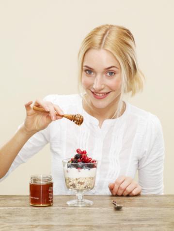 Kural 2: Kahvaltıyla başlayın Bir kase dolusu taze meyveleri iki büyük kaşık doğal yoğurda ka¬rıştırıp, üzerine de tuzsuz fındık, fıstık ve ceviz ile birlikte yemek si¬zi öğle yemeğine kadar tok hisset¬tirecektir.