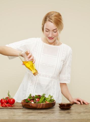 Kural 4: Akıllı yağ alımı Salatalar hafif bir şekilde zeytinyağı, hint keneviri, kolza tohumu veya fındık yağı ile yapılmışsa, besin değeri zengin demektir. Limon sıkıp, taze otlar ve taze öğütülmüş karabiber ile mükemmel bir öğün elde edebilirsiniz.