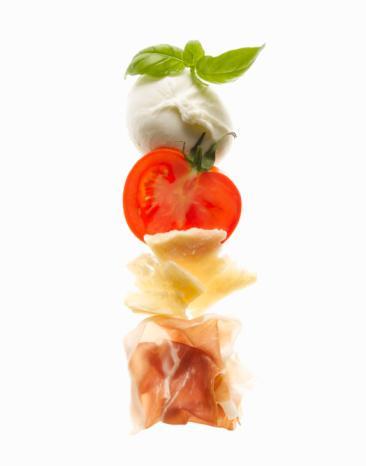 Kural 5: Nişastayı kesin Plaja çıkmadan 15 gün öncesinden başlayarak ekmek, pilav, makarna, patates gibi nişasta içeren gıdaları yemeği bırakın. Böylelikle vücudunuzun daha ince olduğunu hissedecek ve ödem tutmaya daha az meyilli olduğunu göreceksiniz. Salatanın içinde az miktarda pirinç yemenizin bir zararı yok. Ama genel bir kural olarak karbonhidratlardansa, bol protein ile taze mozerella veya beyaz peynir gibi mandıra ürünlerinin de bulunduğu salatalar yemeyi tercih edin.