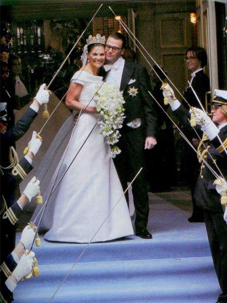 1981 yılında gelin olan Diana'nın düğününün ardından en görkemli tören olarak adlandırılan 10 milyon Dolar'a mal olduğu tahmin ediliyor.  İsveç Hava Kuvvetleri'nin 18 savaş uçağının şehrin üstünde uçtuğu, 5 bin asker ve 3 bin polis memurunun görev yaptığı töreni izlemek isteyen halk, caddeleri ve meydanları doldurdu. Nikah gününün 19 Haziran seçilmesi, bundan önceki iki kraliçenin de aynı gün evlenmiş olmasıydı. Bu anlamlı günde Prens'ine kavuşan Prenses Victoria, kılıçların altında geleneksel pozu verirken çok mutluydu.