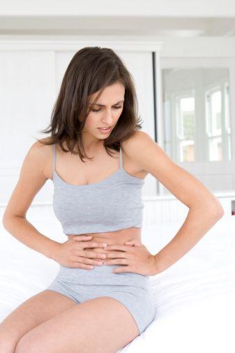 Şişkinlik+Kasık Ağrısı OLASI NEDEN  Hiç geçmeyen sürekli şişkinlik hissine, kasık ağrısı, az miktar yemekle bile yaşanan doluluk hissi ve bağırsak alışkanlıklarına değişikliğin eşlik ettiği durumlar, yumurtalık kanseri semptomları olabiliyor. Burada dikkat edilmesi gereken en önemli nokta ise şişkinliğin yemeklerden sonra ya da adet döneminden sonra oluşmak yerine sürekli var olup olmadığı. Bu kanser türü kadınlar arasında en yaygın olanlardan biri.