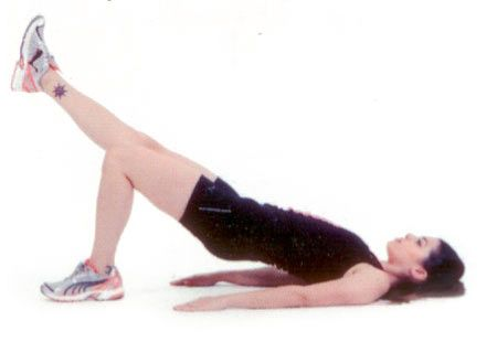 Bir bacak havada omuz köprüsü Ayaklar yerde, kollar yanlarda sırtüstü uzanın. Karın ve kalça kaslarınızı kasarak gövdenizi yerden kaldırın. Vücudunuz omuzlarınızdan itibaren dizlerinize kadar düz bir çizgi çizmeli. Bir bacağınızı vücut hizasında havaya kaldırın. Bacağınızı indirip diğer bacağınızla egzersizi tekrarlayın.