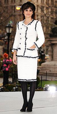 Penelope Cruz bu klasik Chanel takımın içinde 1940'lardan kalma gibi görünüyor.
