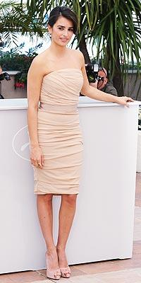 Bu seksi nude straples elbise de Dolce & Gabbana tasarımı.
