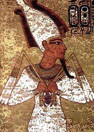 Osiris (27 Mart – 25 Nisan)  Mısır 'ın en büyük tanrılarından biridir; üretkenlik ve büyümeyi temsil eder. Aynı zamanda öbür dünyanın tanrısıdır; ölülerin tanrısıdır, sonsuz hayatın sembolüdür.  Karakter  Çok meraklı bir kişiliğiniz var. Sıradan biri değilsiniz, hayata bağlı ve öz güveniniz yüksek. Hayatın her anını yoğun yaşarsınız; başarısız olmaktan korkmazsınız. Hayatınızda hiçbir şey durağan değildir; daima yeni maceralara yelken açarsınız, ama tüm bu iyimserliğinize rağmen, bazen hayal kırıklığına uğrayabilirsiniz. Sözlüğünüzde 'ilgisiz' kelimesi bulunmaz, arkadaşlığınız sağlam olur, tutkulusunuz. Aile, akrabalık ilişkilerine çok önem verirsiniz, önemli günlerde mutlaka aile üyeleriyle bir araya gelmek istersiniz. Çocuklarınızı disiplinli bir şekilde büyütürsünüz.