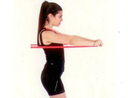 Bantla öne pres Egzersiz bandını arkanızda bir yere bağlayıp göğüs hizasında ellerinizle kavrayarak ileri doğru itin. Kollar omuz hizasında yere paralel olmalı.