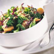 Brokolili karışık salata  Malzemeler:     200 gr brokoli,    150 gr havuç,    10 kırmızılahana yaprağı  Sos için:     1 yumurta,    Yarım çorba kaşığı hardal,    1 su bardağı yoğurt,    Yarım çorba kaşığı limon suyu,    4 çorba kaşığı zeytinyağı,    1 tatlı kaşığı pembe tane biber,    Tuz   Hazırlanışı:   Brokoliyi temizleyip çiçek çiçek ayırın. Havucu temizleyip elma gibi dilimleyin. Kırmızı lahana yapraklarını iri şeritlere kesin. Brokoli ve havuçları hafif haşlayın.  Yumurta, hardal, yoğurt, limon suyu, tuz ve zeytinyağını bir kapta mikserle çırparak sosu hazırlayın. Brokoli, havuç ve lahana yapraklarını salata kasesine alıp üzerine sosu gezdirin. Pembe biber taneleriyle süsleyip servis yapın.