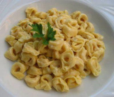 """Parmesan   Parmigiano-reggiano yani parmesan peyniri, İtalyan tarzı makarnaların değişmez malzemesidir. 16 litre inek sütünden bir kg Parmesan üretilir. İtalya'nın en ünlü peyniri Parmesan'ın en az bekletme süresi 12 aydır. Eskitilmede süre uzadıkça, peynirin kalitesi de artar. Dolayısıyla en iyi Parmesan peyniri 24-36 ay arasında dinlendirilmiş olanıdır. Peynirin erbabı """"ilkbahar parmigiano""""'sunu tercih eder. İlkbaharda peynirin yağ oranı daha düşüktür. Bu da peyniri daha kuru kılar, örneğin Nisan ayında üretilen Parmesan'ın rengi açık, adeta beyazdır. Yaz peyniri ise en sert aromalı olanıdır. Yaz peynirlerinin rengi daha koyu, adeta koyu altın sarısıdır. Yaz peynirleri makarna soslarına, özellikle fesleğen sosuna çok uygundur. İtalyanlar bu peynirin çok sağlıklı olduğuna inandıkları için bebeklerin mamasına katarlar. Parmesan, pastörize sütten yapılmadığı için vitaminler ve elementler açısından da çok zengindir. Özellikle protein, kalsiyum, fosfor ve B vitaminleri açısından esaslı bir kaynaktır."""