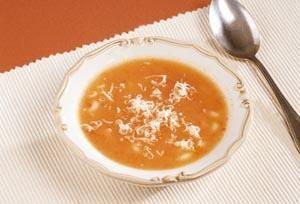 İtalyan usulü domates çorbası   Malzemeler:  3 domates, 1 çorba kasesi boncuk makarna, 1 soğan, 6 su bardağı et suyu, 1 çorba kaşığı margarin, 2 çorba kaşığı un, 1 çay bardağı rendelenmiş kaşar peyniri, tuz.  Hazırlanışı:   Domatesleri yıkayıp kabuklarını soyun. Çekirdeklerini çıkarıp küçük küçük doğrayın. Makarnayı tuzlu suda 10 dakika haşlayıp süzün. Soğanı kıyın.  Margarini tencerede eritip soğanı pembeleştirin. Domatesleri ilave edip kavurun. Unu ekleyip sürekli karıştırarak sos haline getirin. Et suyunu ilave edip kaynatın. Makarnayı ekleyip 10 dakika kadar pişirin. Çorbayı kaselere paylaştırıp üzerine kaşar peyniri serpin. Sıcak olarak servis yapın.