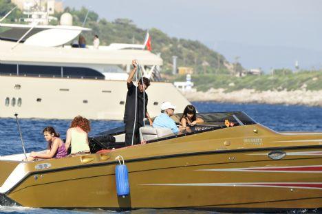 Ahmet, Lara, Hera Bayer   Çocukları her şeyi...   Club Flipper'ın sahibi turizmci iş adamı Ahmet Bayer, okulların kapanmasıyla birlikte yanına gelen kızları Lara ve Hera ile gününü gün etmeye devam ediyor. Sürat teknesiyle kızlarını koylarda ve bodrum en güzel yerlerinde gezdiren Ahmet Bey, kızlarının bir dediğini iki etmiyor.