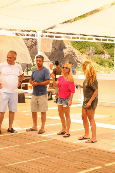 Figen Doğusoy   İşlerin başında  Turizmci iş adamı Yiğit Doğusoy'un eşi Figen Hanım geçtiğimiz kış sezonunu Kuruçeşme'deki Blackk gece kulübünün işletme ortağı olarak oldukça verimli bir geçirdi. Bu yaz sezonunda ise her sene olduğu gibi işletme ortağı Emre Ergani ile beraber Gölköy'deki Bianca Beach'i Gümbet'teki Bardakçı Koyu'na taşıyarak hizmet vermeye devam edecek. Bir türlü beach'in inşaatı bitmeyince soluğu Bodrum'daki mekanın da alan Figen Hanım, işlerin başına geçip çalışanlara hız vererek ve arkadaşlarının da yorumunu alarak son rütuşları yapıyor. Önümüzdeki hafta Cuma gecesi Hande Yener konseriyle açılacak olan mekan bakalım bu sezon nasıl iş yapacak.