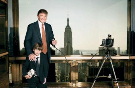 """Donald Trump nasıl bir baba?  O yaşta çocukları farklı bir gözle görüyor. Oğluyla çok ilgili. Barron'un ne yaptığını bilmek istiyor, onunla vakit geçiriyor. Ona hikayeler anlatıyor, onu alıp kahvaltıya gidiyor. Birlikte vakit geçiriyorlar. Sohbet etmeyi çok seviyorlar. Golf oynuyorlar, patlamış mısır yiyip televizyon izliyorlar. Barron babasına geçen gün şöyle dedi; """"Baba bugün ne kravat takacağına ben karar vereceğim."""" Donald da """"Hadi seç bakalım"""" diyerek cevap verdi. Bunlar Barron'ın hayatında çok gurur verici anlar. Donald için de çok özel...  Barron babasının işlerinin yoğun olmasını nasıl karşılıyor?   Bunu çok iyi anlıyor. Babasını genelde ofiste ziyaret ediyoruz. Akşamları da birlikte yemek yiyoruz. Barron insanların para kazanmak için çalışmaları gerektiğinin farkında. Çok zeki bir çocuk. İnsanlarla telefonda konuşmayı çok seviyor. Şimdiden iş hayatına meraklı. Kendi kendine sürekli bir şeyler karalıyor. Kendini çok iyi ifade ediyor."""