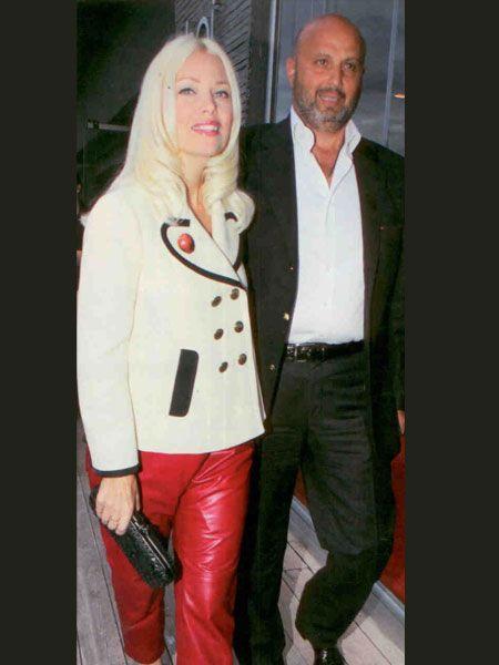 Geceye eşi Gökhan ÇArmıklı'yla birlikte katılan Siren Ertan Çarmıklı, kırmızı deri pantolunu, beyaz ceketi, siyah Christian Louboutin stilettoları ve Bottega Veneta clutch'ıyla her zamanki gibi göz kamaştırdı.