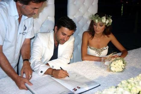 Özge Ulusoy evlendi annesi nikahı bastı - 2