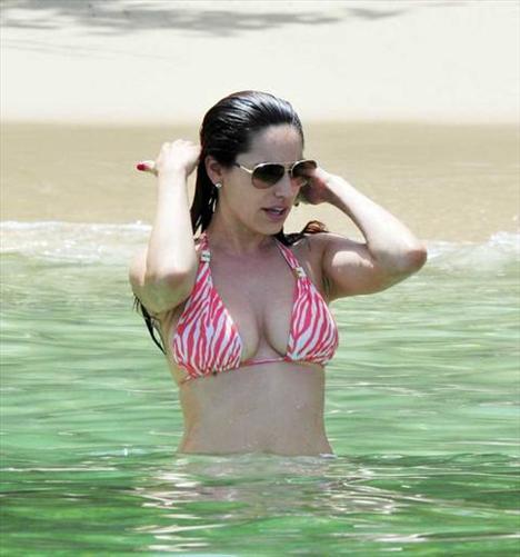 Kelly Brook'tan bir günde 5 bikini - 17