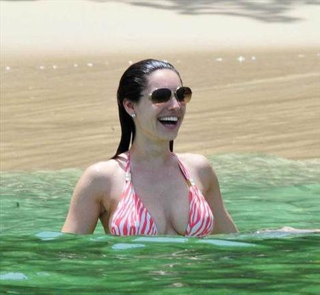 Kelly Brook'tan bir günde 5 bikini - 18