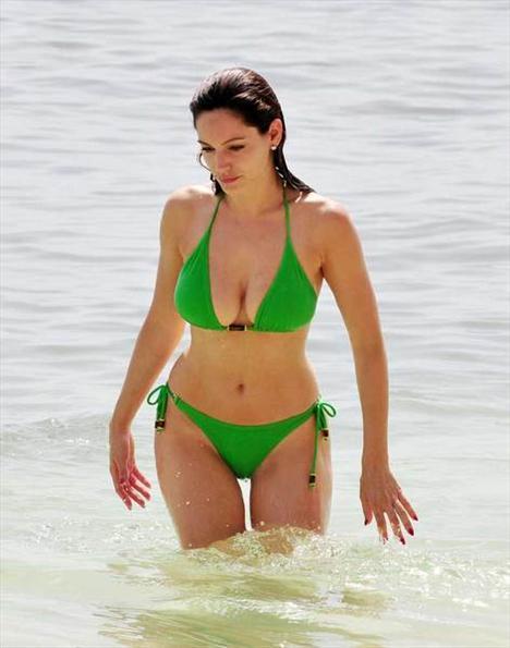 Kelly Brook'tan bir günde 5 bikini - 7