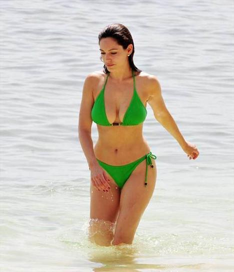 Kelly Brook'tan bir günde 5 bikini - 10
