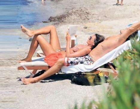 Alaçatı'da Eda Taşpınar rüzgarı esiyor! OK! Dergisi geçen yıllarda bikinileriyle Bodrum sahillerini yakan Taşpınar'ı, Alaçatı'da ilk kez bikinili görüntüledi.