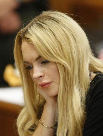 """Beverly Hills mahkemesi, Hollywood'un asi kızı olarak tanınan ünlü oyuncu ve model Lohan'ı, hakkında verilen """"alkol eğitim derslerine katılma"""" kararına uymadığı gerekçesiyle 90 gün hapis cezasına çarptırdı."""