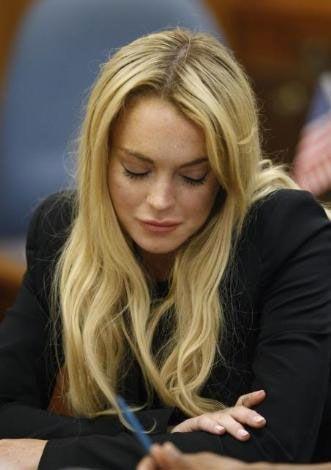 """Yargıç Revel, Lohan'ın ayrıca halen bir film çektiği Teksas'ta düzenli olarak alkol testinden geçmesine karar vermişti. Bu çerçevede Lohan, haftanın belli günleri karakola gidip alkol muayenesinden geçecekti.Lindsay Lohan, bu karara uymasına rağmen, """"alkol eğitimi""""ne katılmamakta ısrar etmişti."""