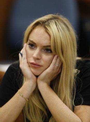 Ancak Lohan bu derslere katılmadığı gibi, davanın yeniden açılması üzerine dün katılması gereken duruşmaya da geç kalmıştı.