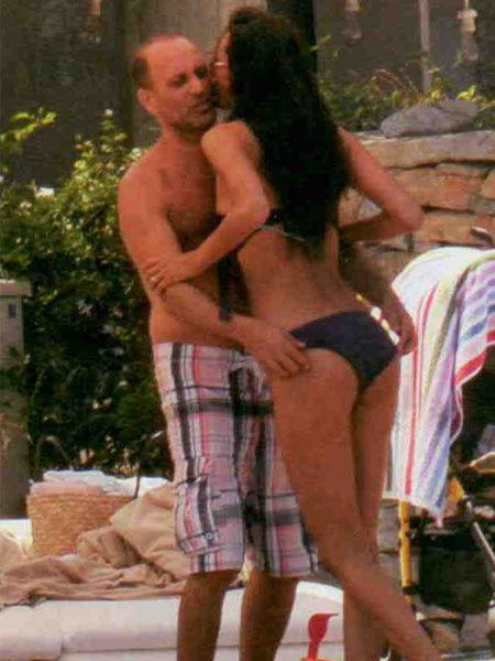 Güzelliğiyle dikkat çeken Güzide Duran ve Adnan Aksoy çifti, sahilde doyasıya aşk yaşadılar.