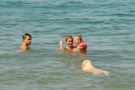 Geçtiğimiz yaz annesinin kucağında Türkbükü'yle tanışan Su, bu yaz büyüdü de kolluklarıyla denize giriyor. Anne ve babasıyla tatilin tadını çıkarıyor.