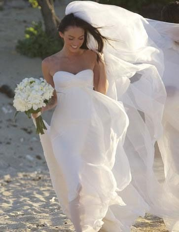 Kumların üzerinde yalın ayak evlendi....